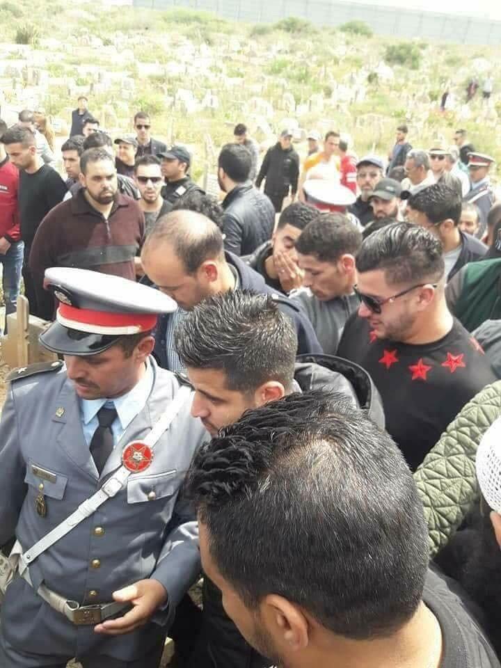 Gendarmes tijdens de begrafenis van de vader vangewetensgevangeneIlyas El-Hajji, 24 april2018