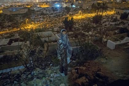 Een Marokkaanse verslaafde staat bij de begraafplaats waarbij men uitkijkt over Tetouan, een gebruikelijke plek voor drugsgebruikers. Photo: AFP / FADEL SENNA