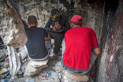 Marokkaanse verslaafden roken heroïne in een kraakpand achter het politiebureau in de Marokkaanse stad M'diq in de buurt van Tetouan. Photo: AFP / FADEL SENNA