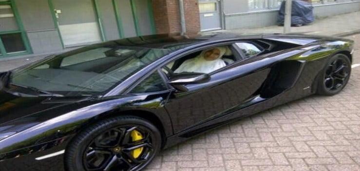 Badr Hari geeft moeder Lamborghini