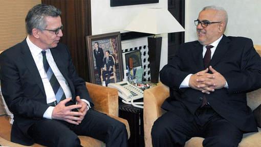 Duits minister van Binnenlandse Zaken Thomas De Maizière en Marokkaans premier Abdelilah Benkirane © Twitter/@amazightimes