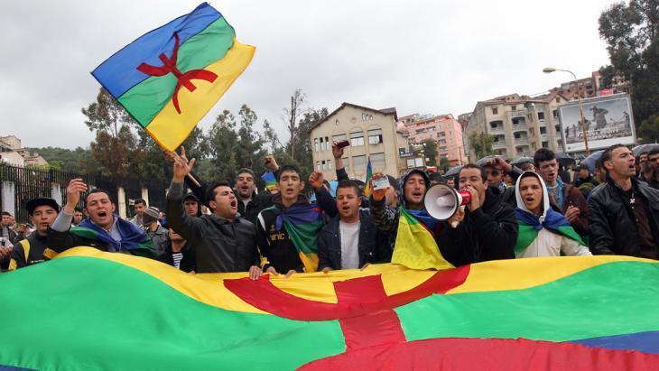Het verbieden van Amazigh-vlag zal de Algerijnse solidariteit alleen maar versterken