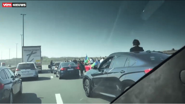 Trouwstoet zorgt voor verkeerschaos