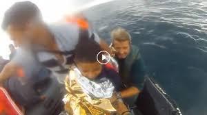 Guardia Civil redt vierjarig Marokkaans jongetje van migrantenboot