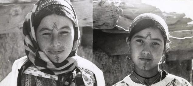De Verdwijnende Amazigh Traditie van gezichts en lichaams tattoo's